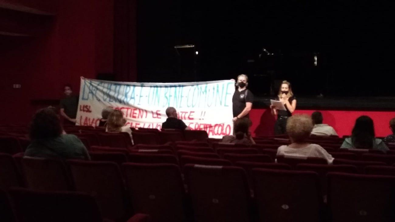 proteste lavoratori spettacolo Piccolo Milano