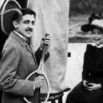 Proust imbraccia una racchetta a mo' di chitarra