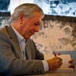 Mario Vargas Llosa in Tempi duri: la favola sul potere di uno scrittore che cambia spesso idea